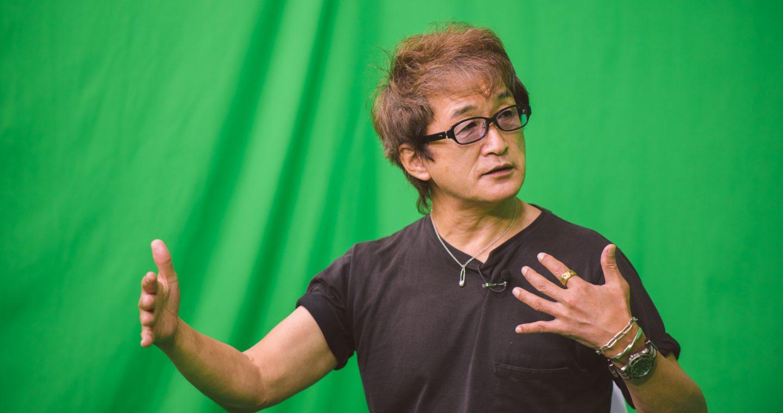 スタジオでデビュー作の『メイキャッパー』について語る板垣恵介先生
