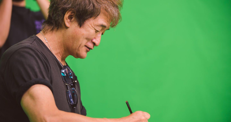 スタジオで色紙を描く板垣恵介先生